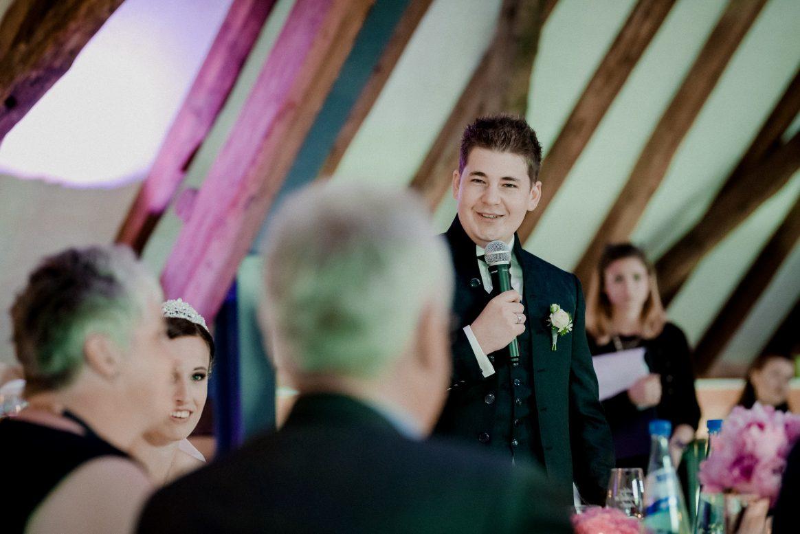 Rede Bräutigam Gäste Feier Braut Getränke Blumen Lachen Spaß