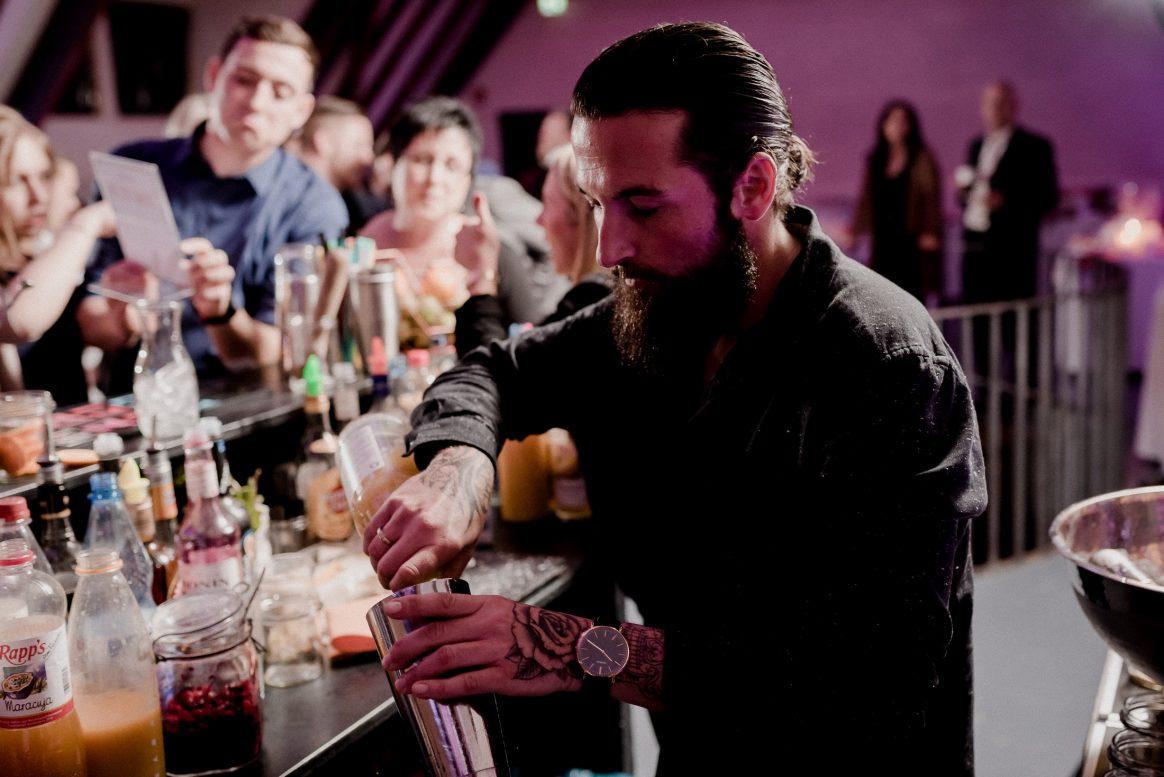 Bar Alkohol Drinks Barkeeper Säfte Gäste Auswahl Tattoo Zopf Feier