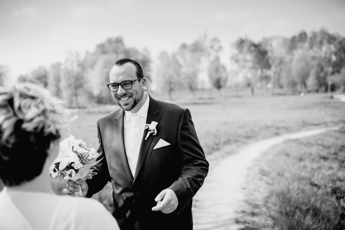 Freude Liebe Lachen Park Braut Bräutigam Blumen Frühling Brautstrauß