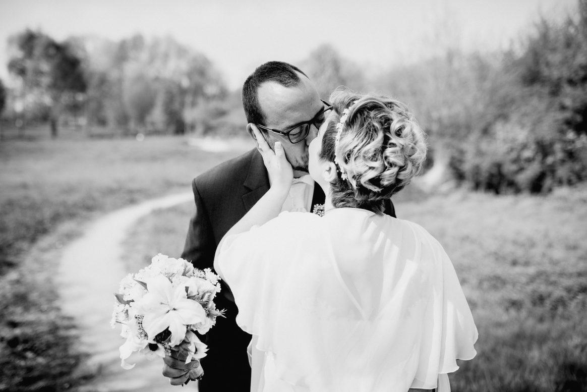 Kuss Liebe Ehepaar Hochzeit Braut Bräutigam Blumen Strauß Frisur Park Natur