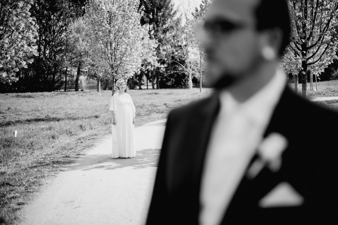 Shooting Braut Bräutigam Verschwommen Hochzeit Grinsen Kleid weiß Blumen