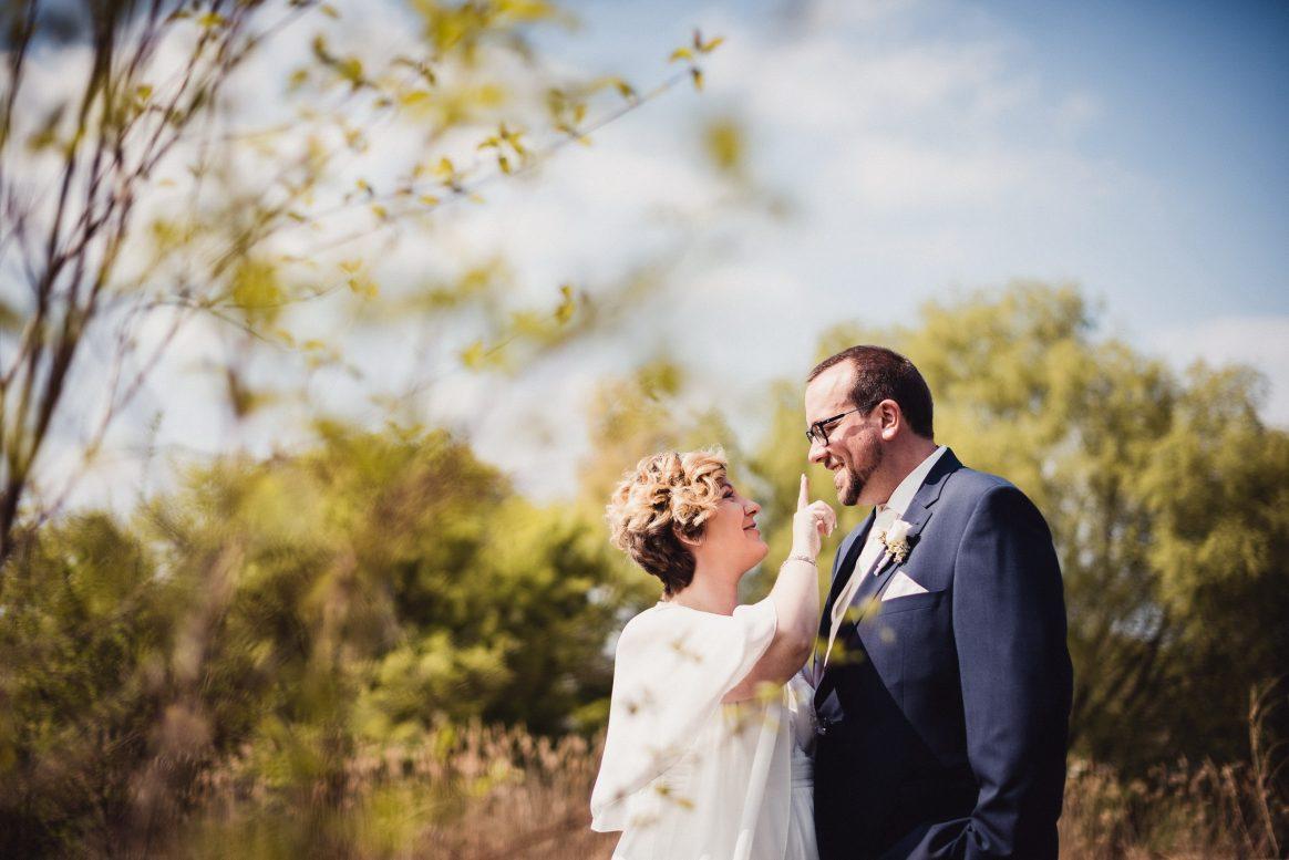 Liebe Zärtlichkeit Natur grün Paar Lachen Freude Hochzeit Shooting Spaß