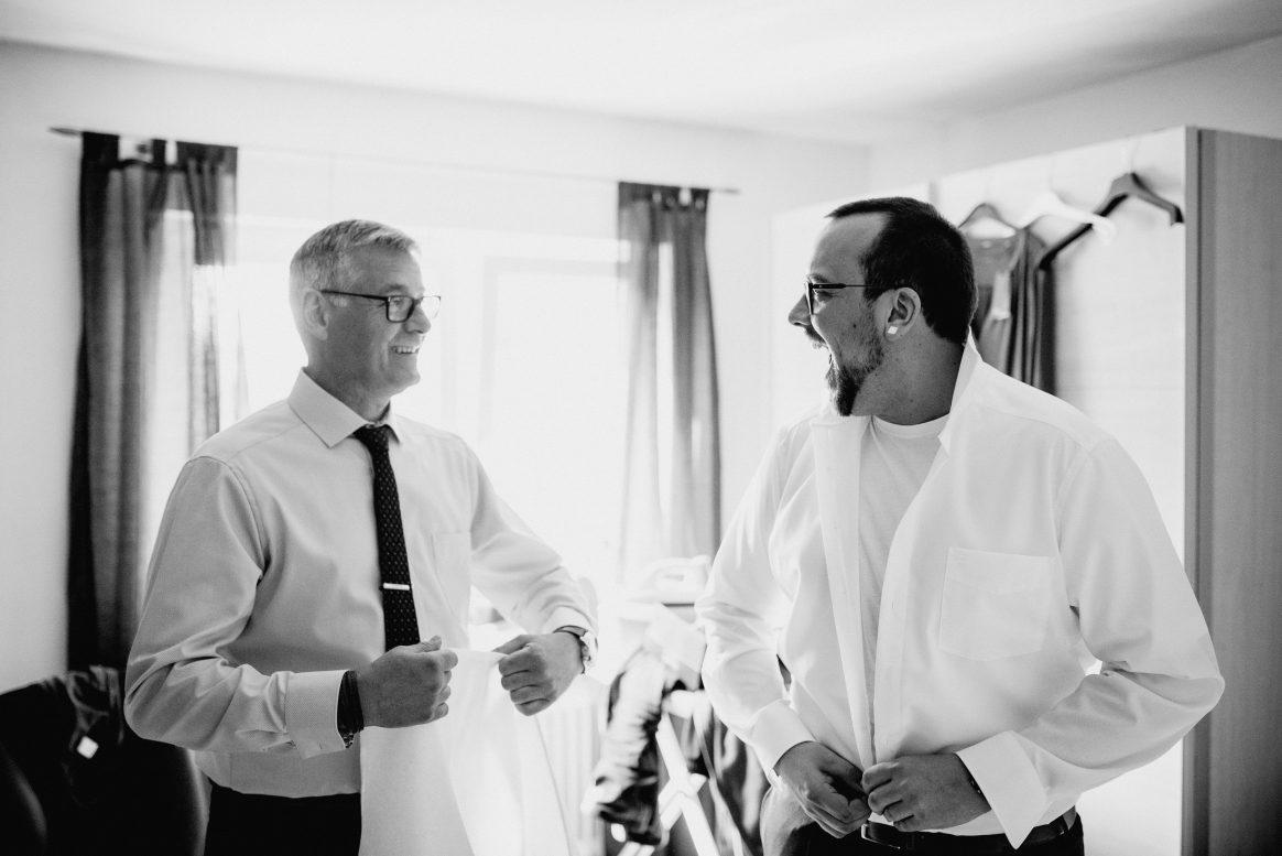 Fitting Fertigmachen Männer Hemden weiß Krawatte Hochzeit Aufregung Spaß Brille
