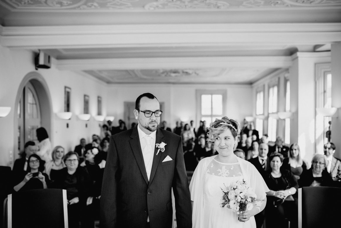 Trauung Standesamt Gäste Fotos Mann Frau Hochzeit Liebe Brautstrauß Lachen
