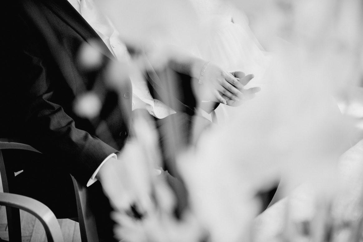 Händchen halten Liebe Verbundenheit Trauung Anzug Kleid Paar Bündnis