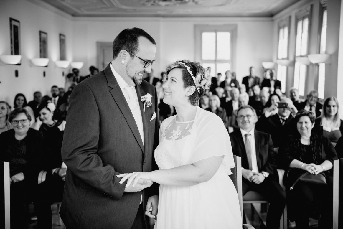 Lachen Freude Gäste Spaß Liebe Ehe Mann Frau Paar Familie Freunde Kleid Anzug