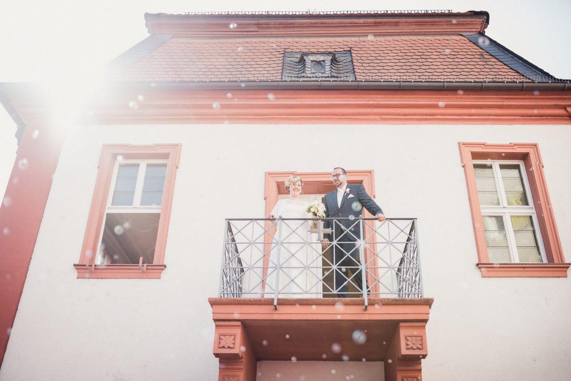 Standesamt Balkon Sommer Sonne Hochzeit Ehepaar Liebe Freude Seifenblasen