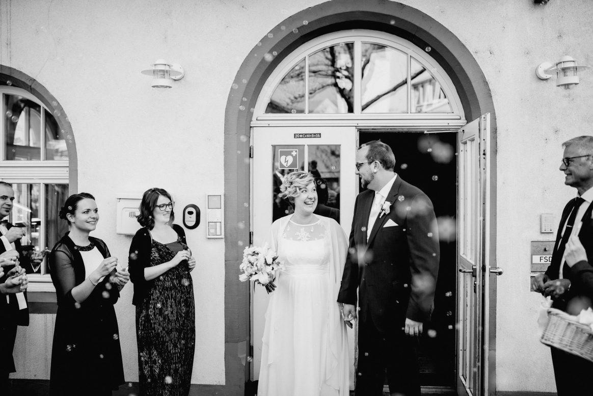 Freunde Hochzeit Seifenblasen Brautstrauß Ehe Mann Frau Kleider Chic Anzüge