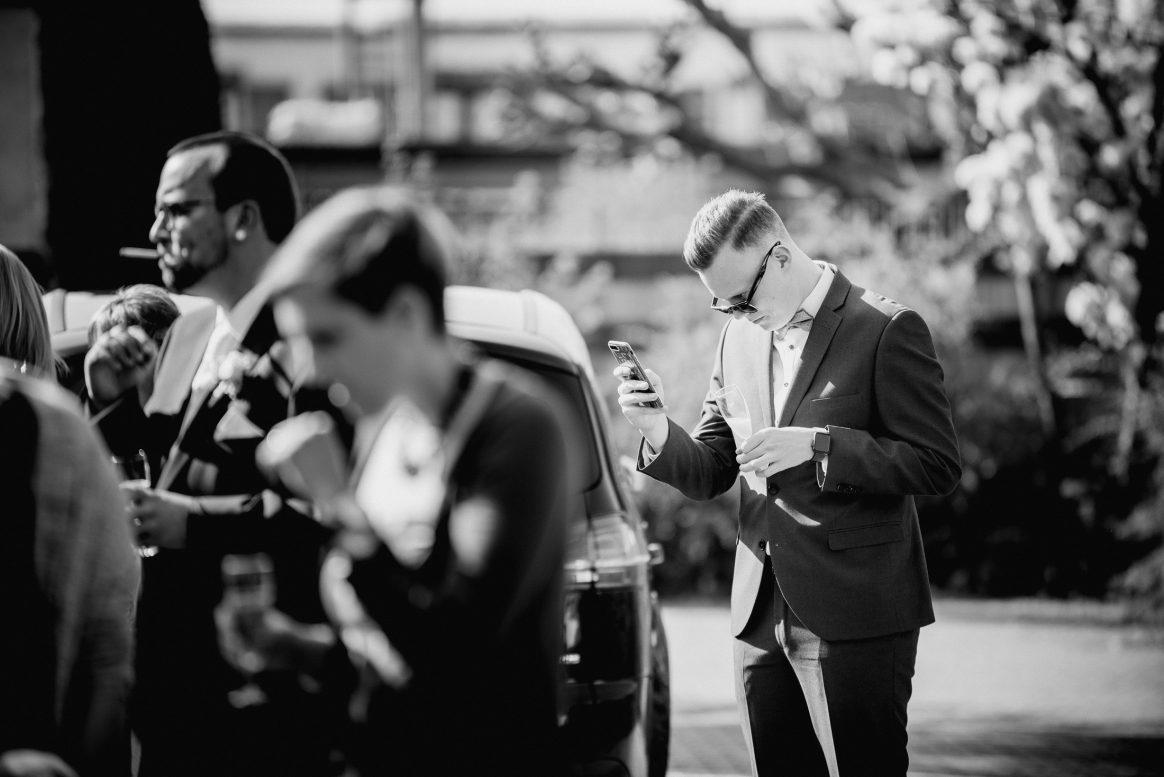 Handy Gäste Männer Frauen Zigarette Sonnenbrille Anzüge schön schwarz weiß