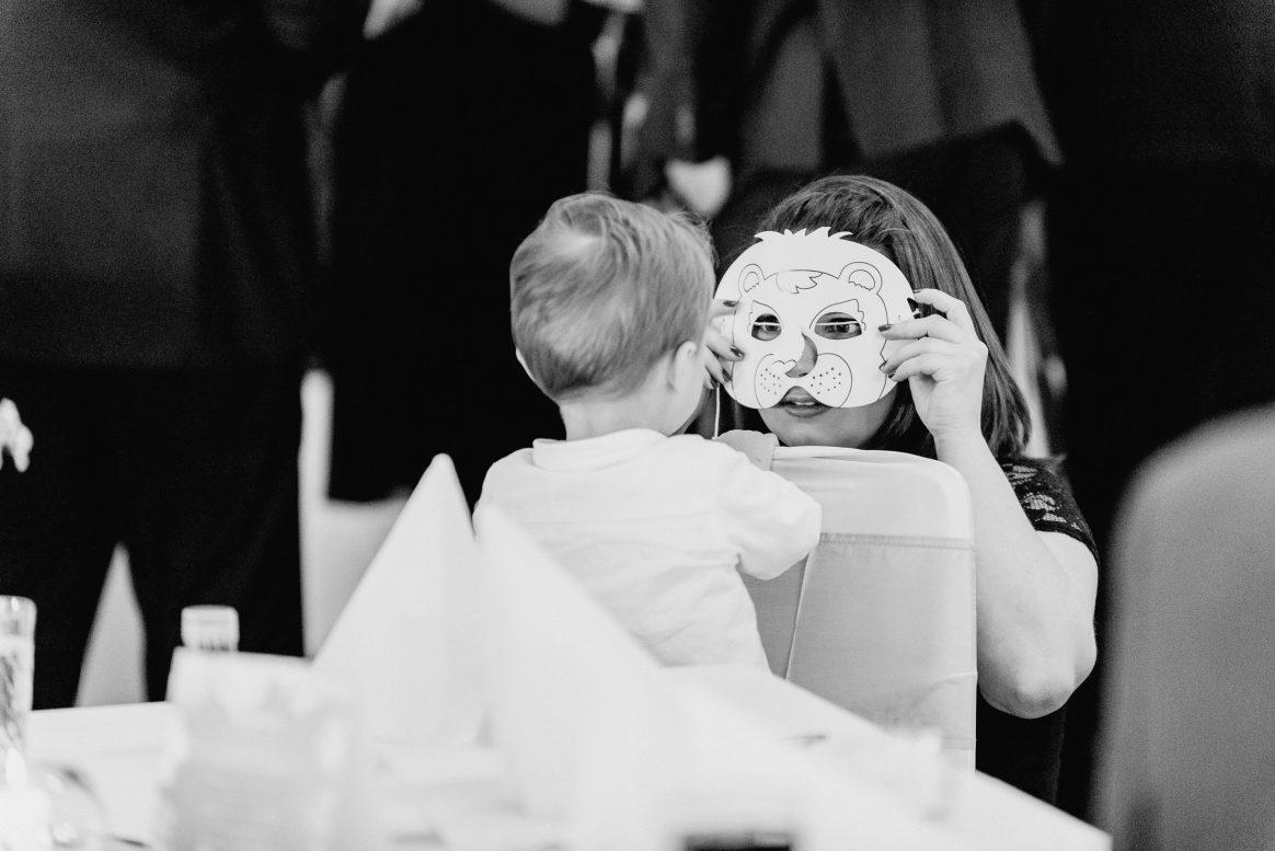 Kind Löwe Maske Papier Spaß Freude Gäste Zeichnung Mama Sohn