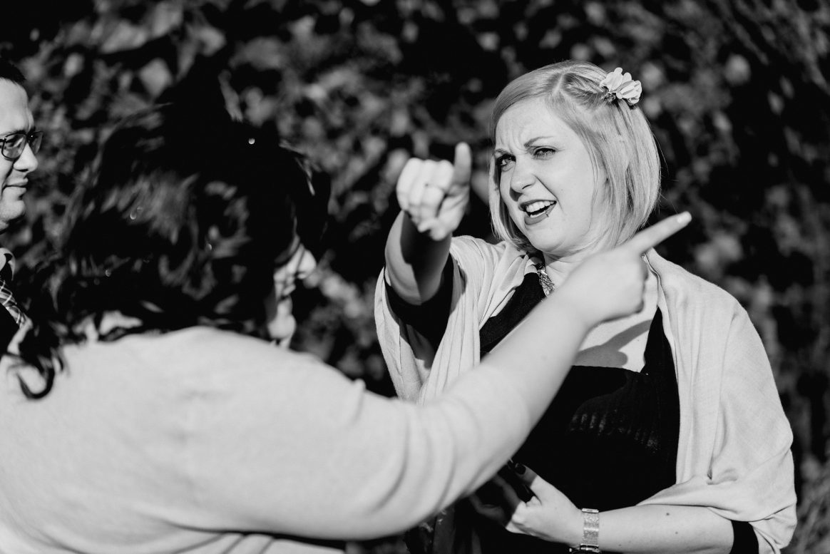 Gäste Frauen Richtungen Finger Sommer Lachen Blumen Spaß Kleider Hochzeit