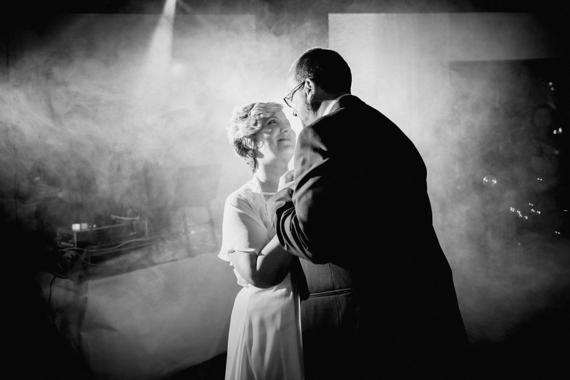 Hochzeitstanz Liebe Harmonie Zärtlichkeit Nebel Mann Frau Nähe Musik
