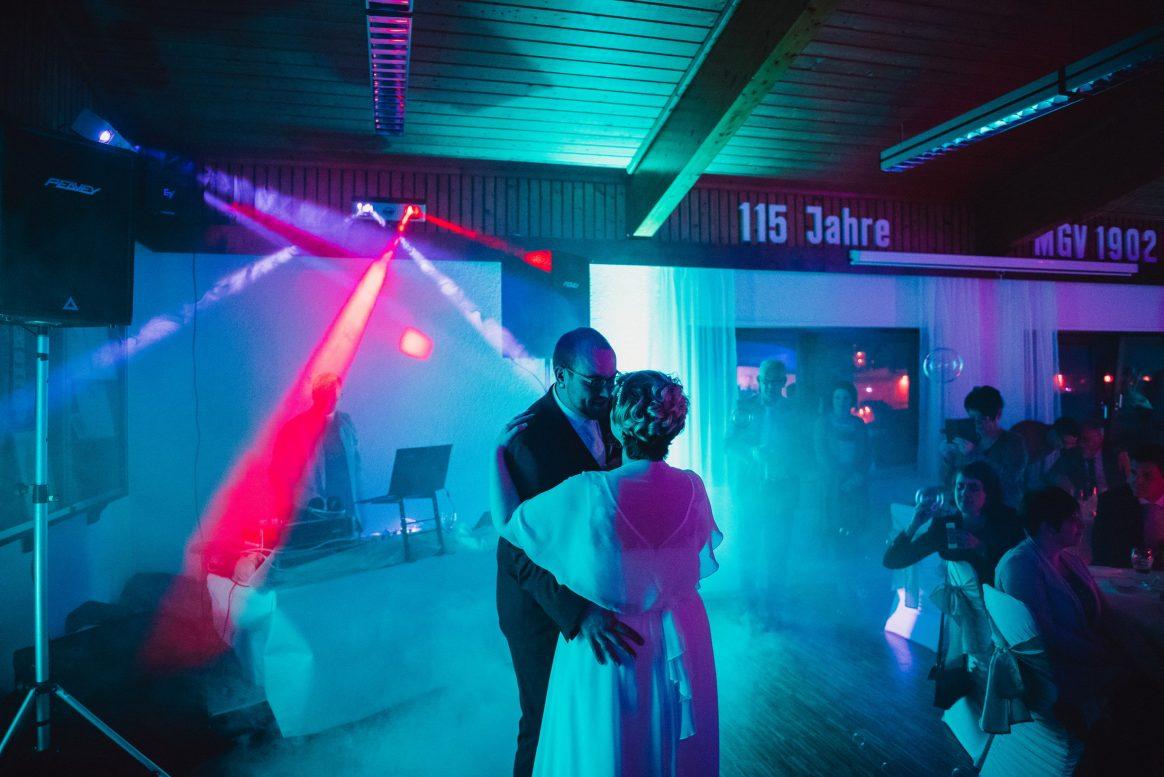 Feier Tanz Fotos Gäste blau rot Lichtmaschine Saal Turnhalle DJ Musik