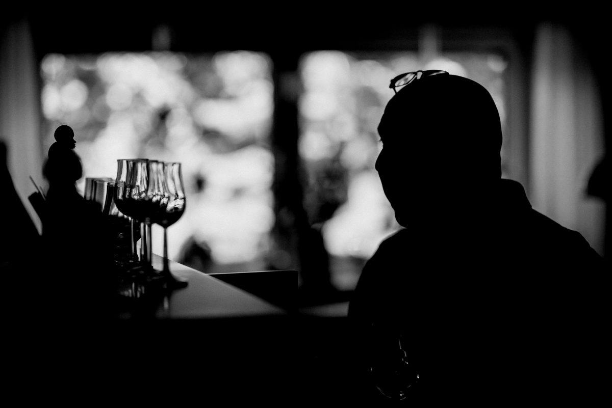 Man Piano Klavier Alcohol Gläser Statue Dark Window