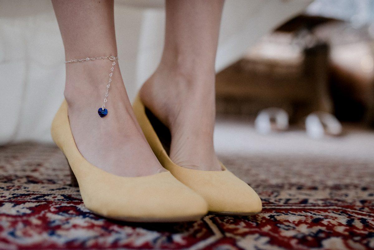 Schuhe gelb Fußkettchen Herz blau Frauen Teppich Chic