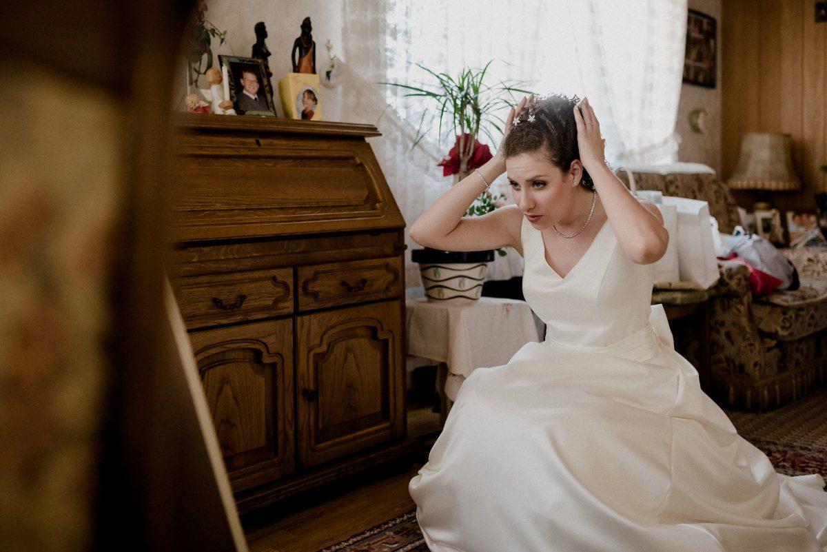 Ready Hairstyle Braut Hochzeitskleid Spiegel Aufregung Fotos Schmuck