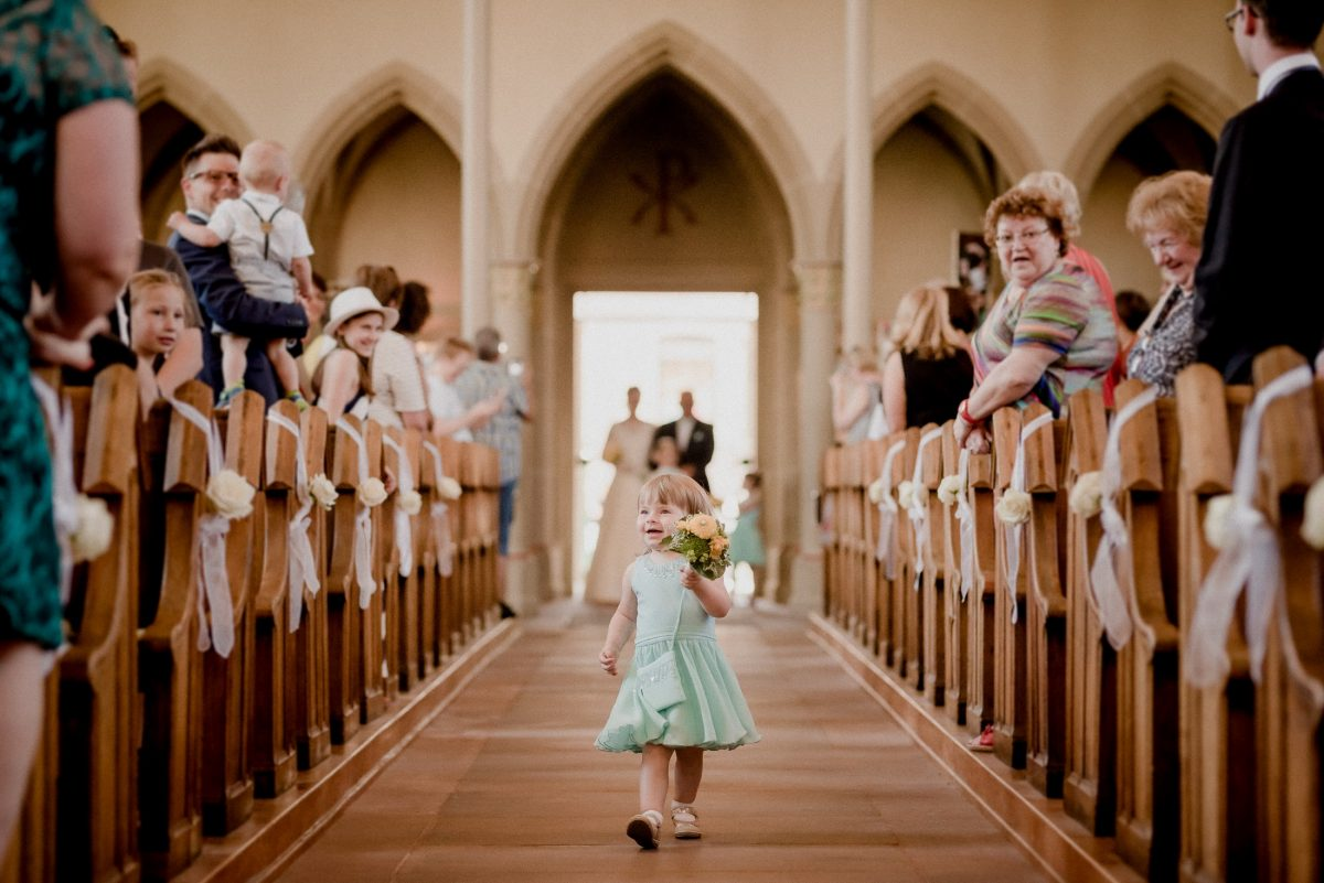 Kind Mädchen süß Blumen Kirche Gäste Freude Kleid Hochzeit cute