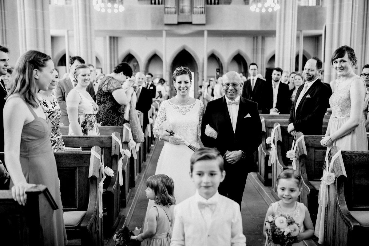 Hochzeit Kinder Gäste Braut Vater Übergabe Tradition Freude