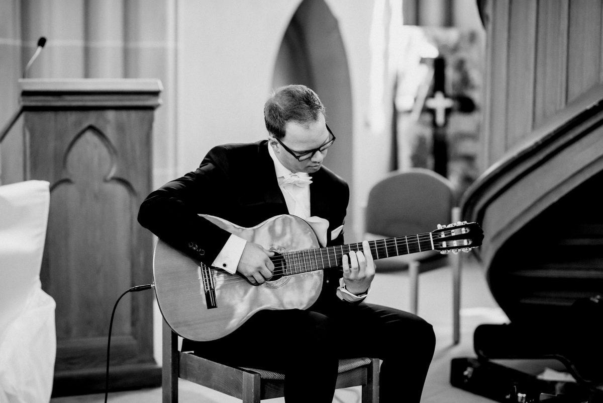 Musik Gitarre Anzug Mann Kirche Lieder Gesang schwarz weiß