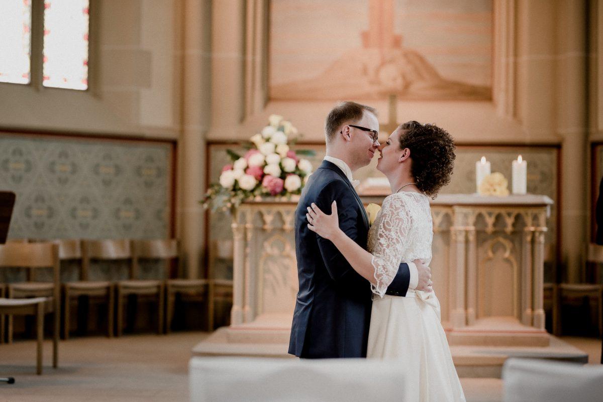 Paar Liebe Kuss Hochzeit Mann&Frau Kirche Trauung Blumen