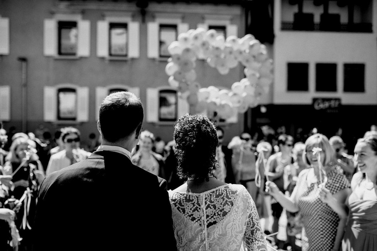 Luftballons Eheleute Sonne Freude Herz Liebe Blumen Kleider Sonnenbrille