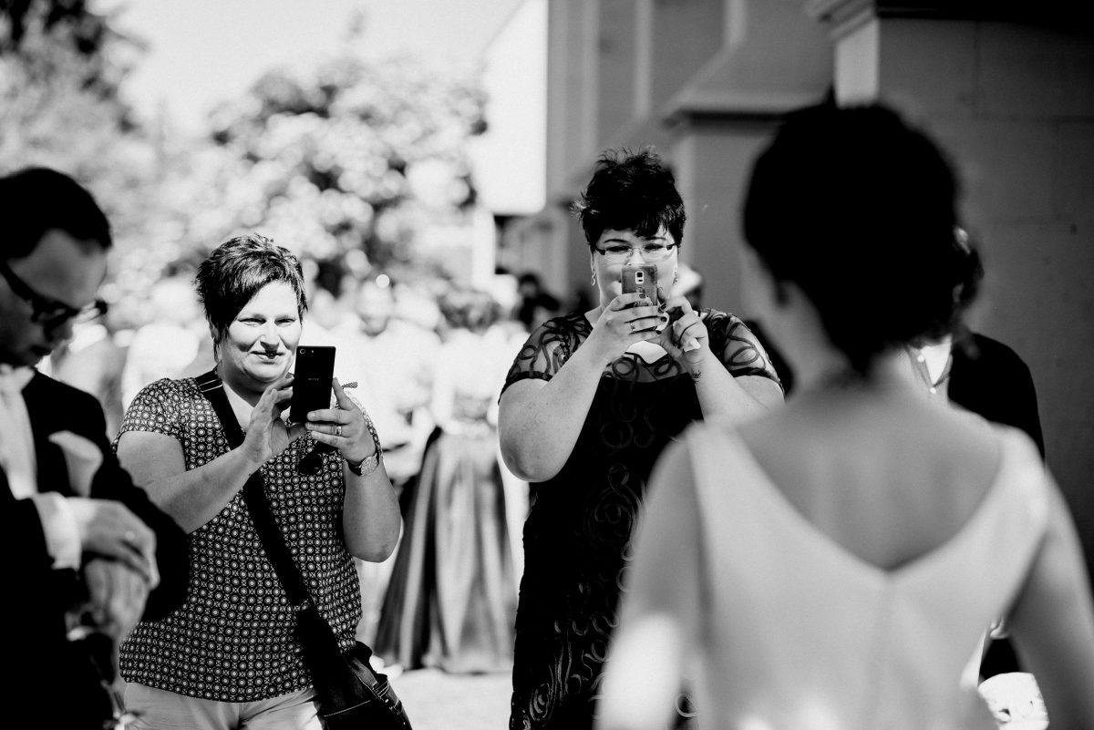 Photos Braut Frauen Uhrzeit Kurzhaar Muster Blusen sonnig