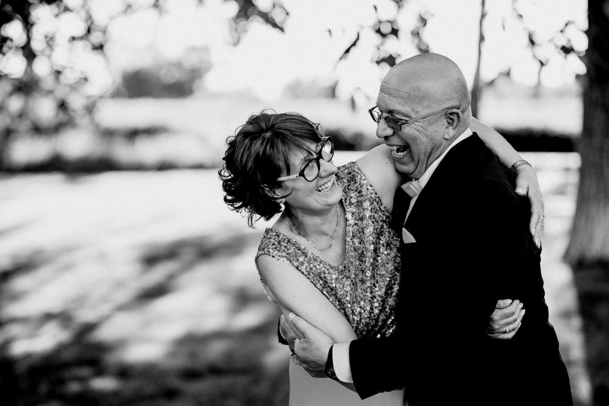 Eltern Spaß Lebensfreude schwarz weiß Lachen Tanzen Umarmung Harmonie Glitzer Schmuck