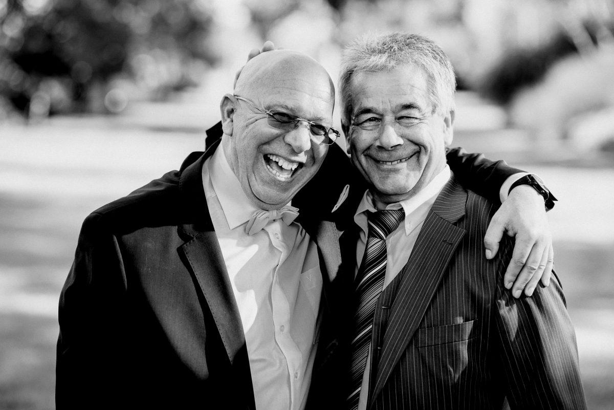 Männer Lachen Joke Haare Glatze Brille Anzug Fliege Krawatte Harmonie