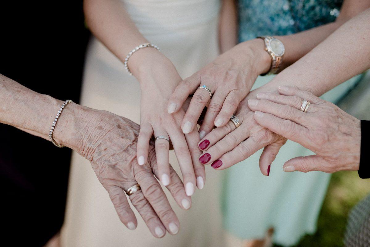 Hängerchen Uhr Armkettchen Nagellack Generationen Liebe Frauen Alter