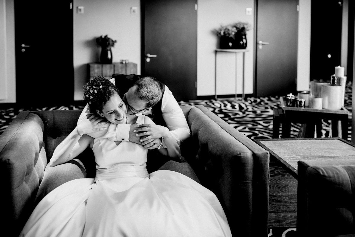 Ehepaar Liebe Kuss Kuscheln Brautkleid Frisur Dekoration Hotel Teppich Muster