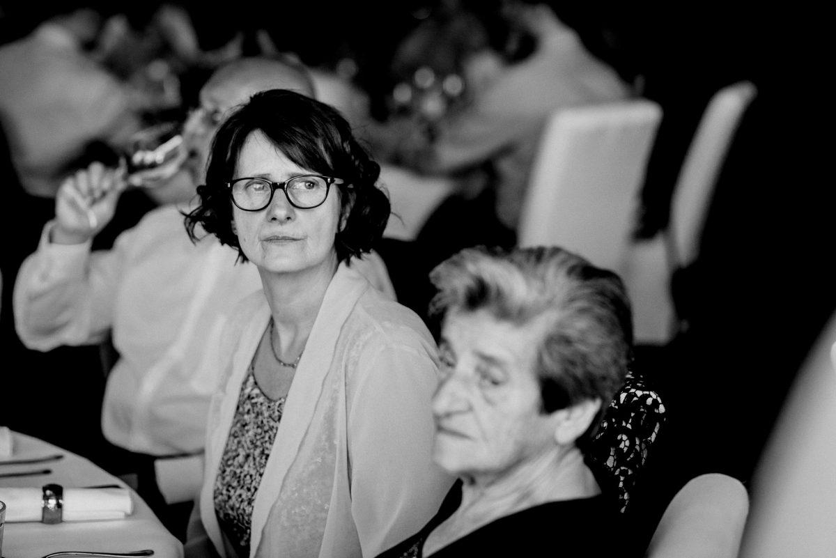 Frauen Generationen kurze Haare Weinglas Alkohol Feier Gäste