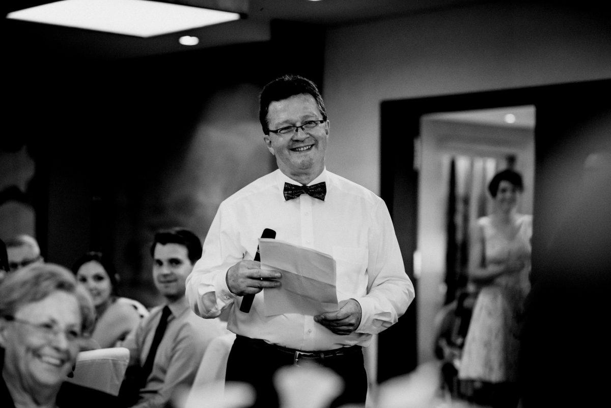 Rede Aufregung Freude Lachen Spaß Worte Mikrofon Fliege Mann Hemd