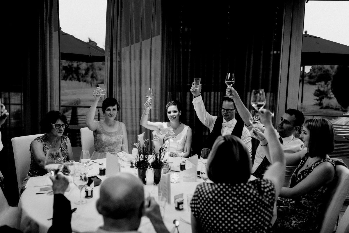 Tisch Brautpaar Familie Alkohol Hoch Gruß Feier Hochzeit Spaß