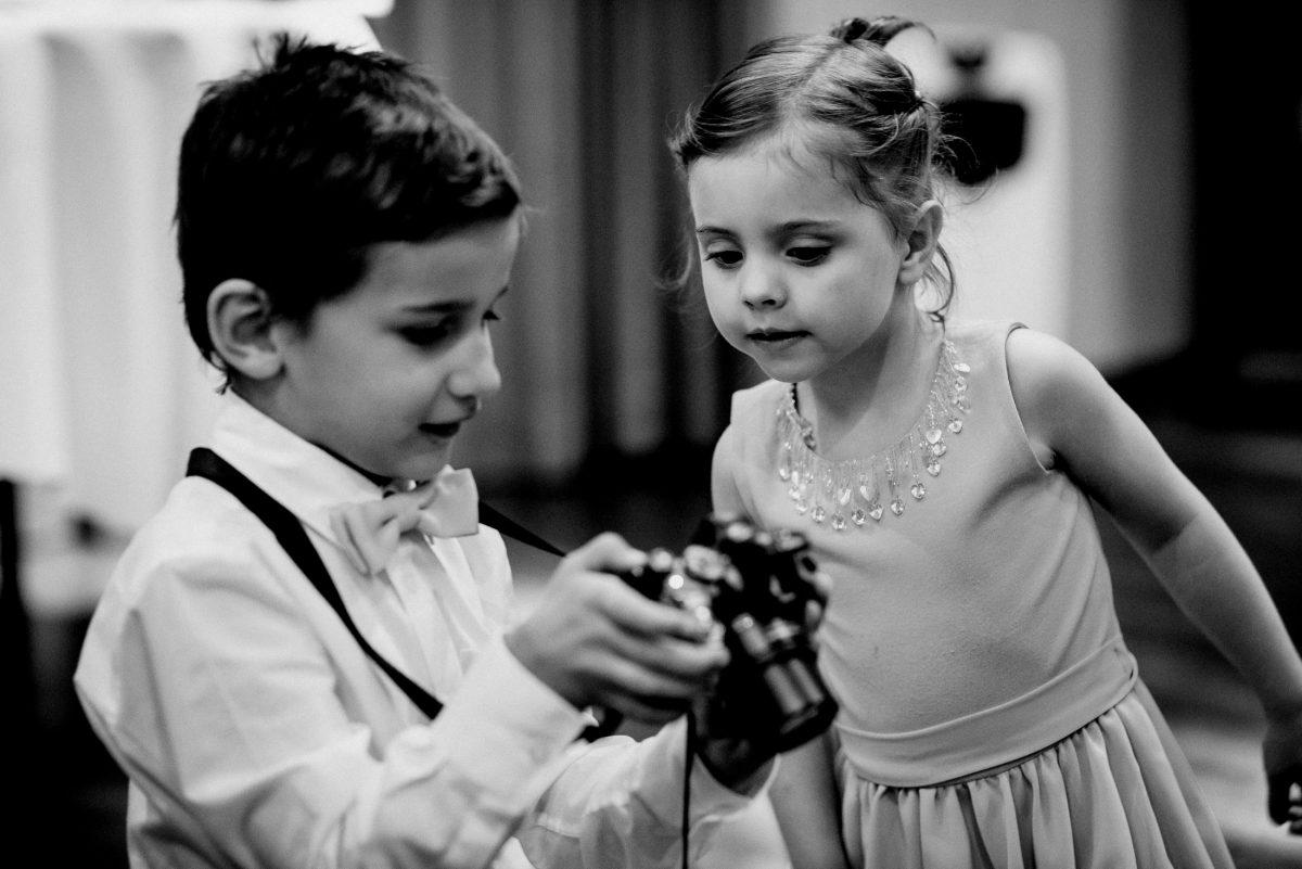 Kinder Fotos Neugier Hemd Fliege Junge Kleid Schmuck Mädchen süß Hochzeit