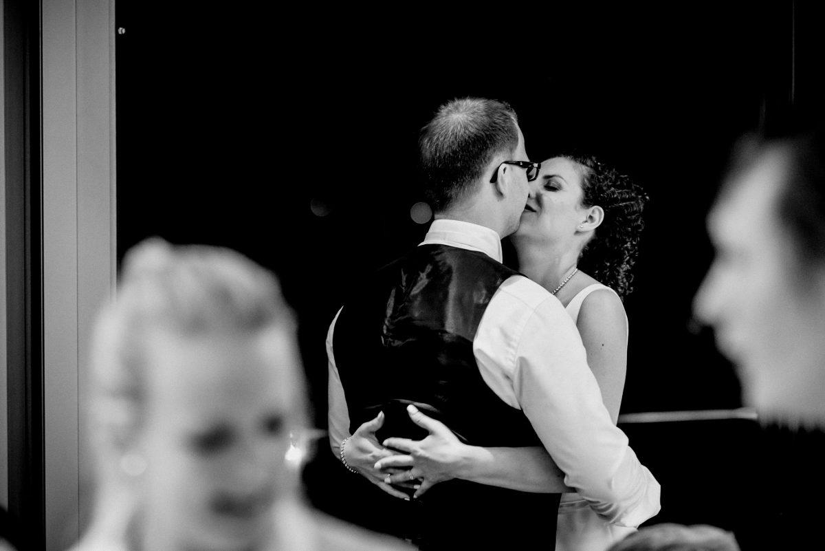Kuss Ehepaar Umarmung Liebe Brille Mann&Frau Freude Hochzeit