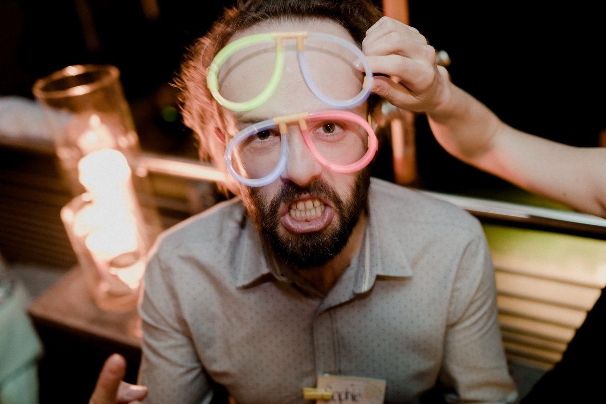 Spaß Party Feier Neon Lichter Alkohol Mann Bart Brillen Bunt Punkte