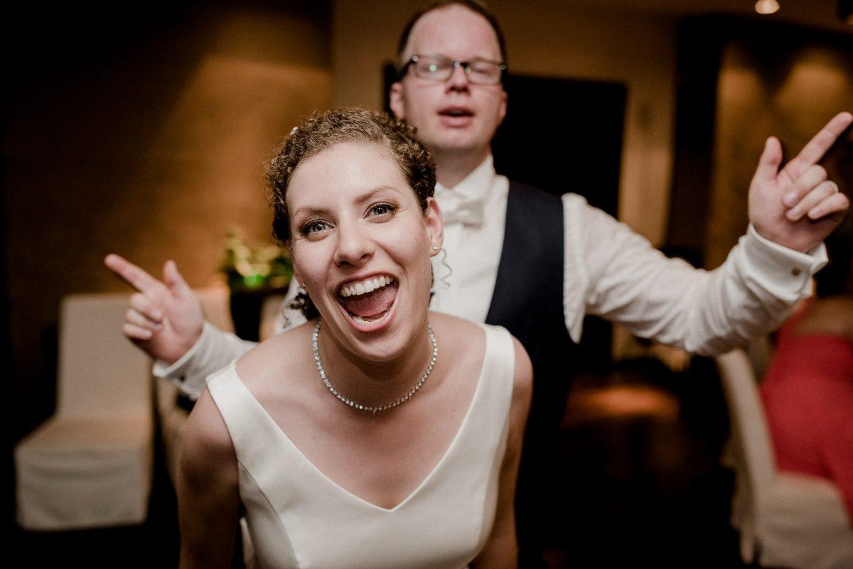 Spaß Party Tanzen verrückt Freude lachen Schmuck Hochzeitskleid Ehepaar