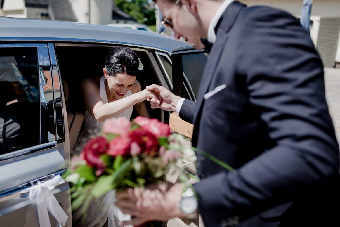 Braut Trauung Alzenau Blumenstrauß Schleifen Auto