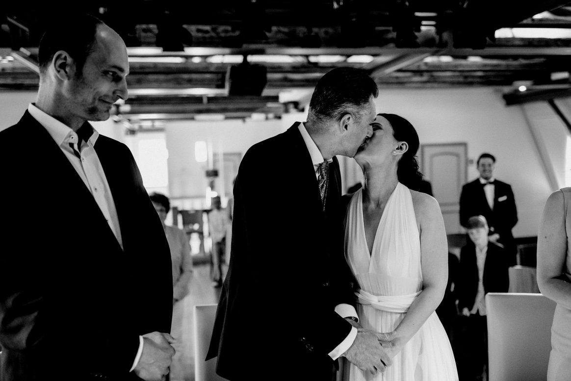 Kuss Liebe Ehepaar Hochzeit Alzenau Standesamt Trauzeuge Freude
