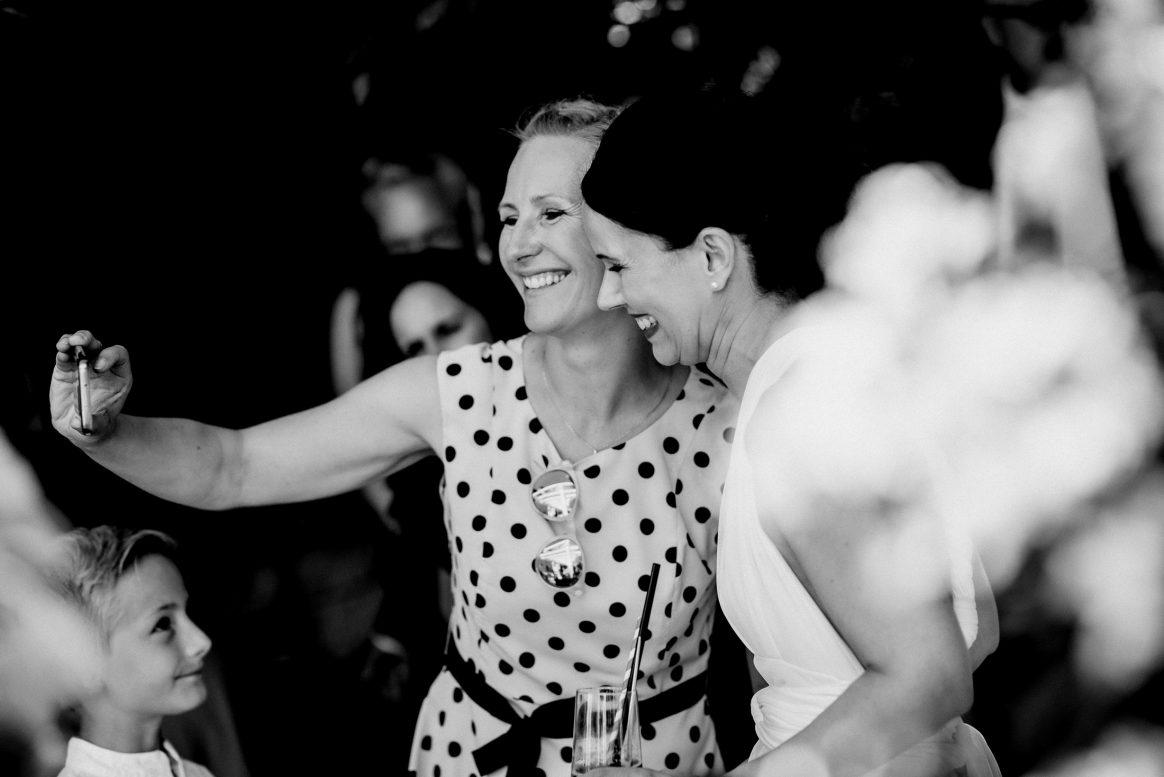 Selfie Punkte Kleid Muster Braut Kind Handy Sonnenbrille Junge Lachen