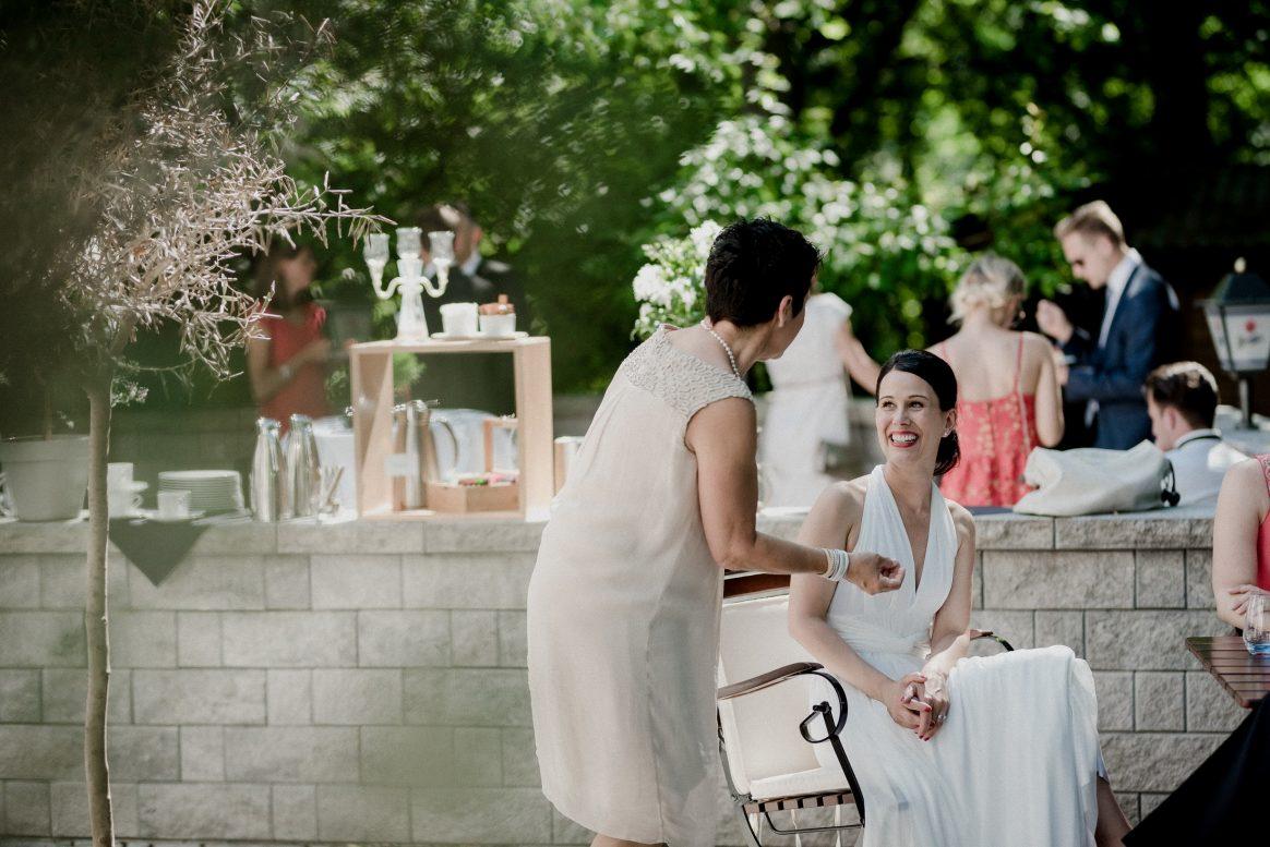Kleider Braut Lachen Gespräch Gast Women Schmuck Dekoration grün