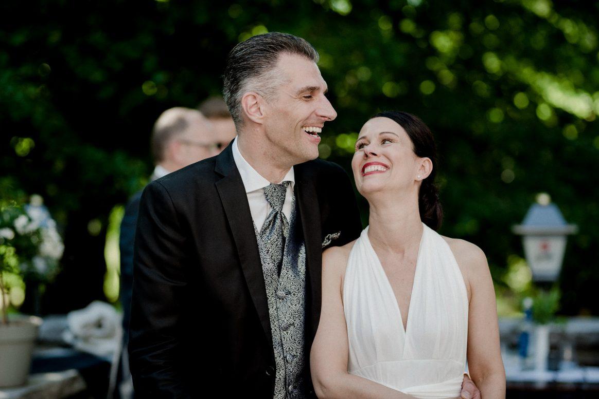 anhimmeln Liebespaar Hochzeit Anzug Brautkleid Grün Natur amüsieren