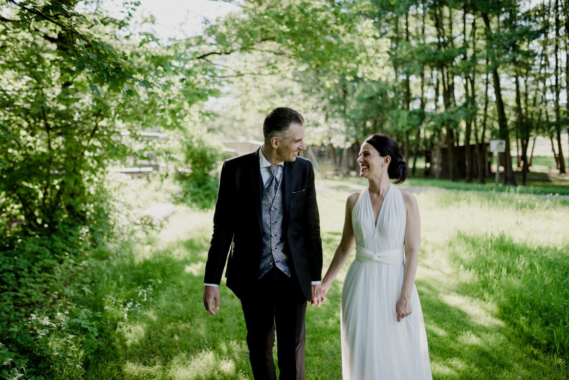 Brautpaar Man Woman Kleid Anzug Natur grün Wald Wiese Sommer