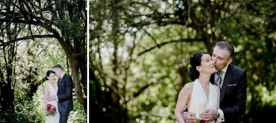 Brautpaar Shooting Romantisch Lustig Kuss Baum Grün Umarmung