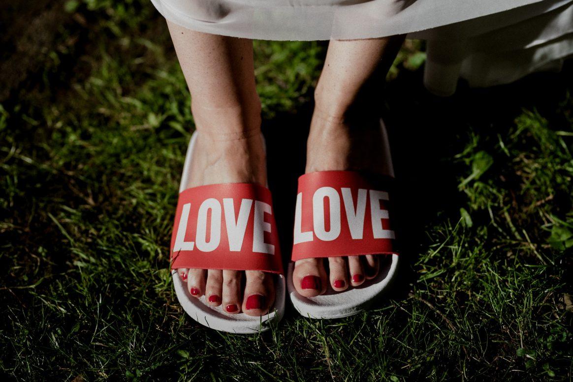 Love Slippers Füße roter Nagellak Frauen Fashion Kleid Sommer