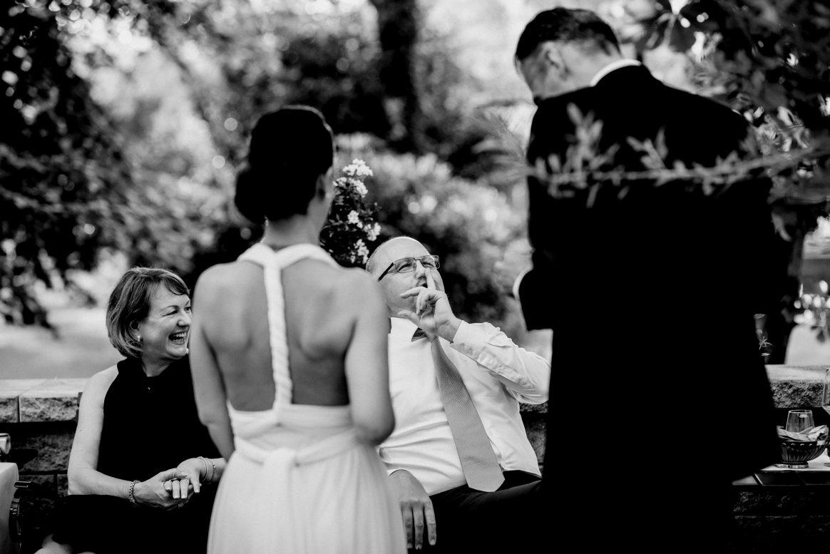Gespräch lustig Rückenteil Jokes Brautpaar Kleider Krawatte Brille