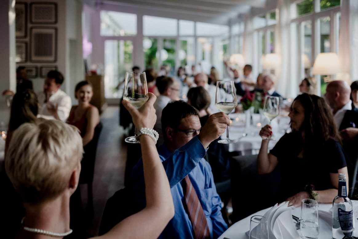 Anstoßen Alkohol Feier Gäste Hochzeit Saal Essen Freude Lampen