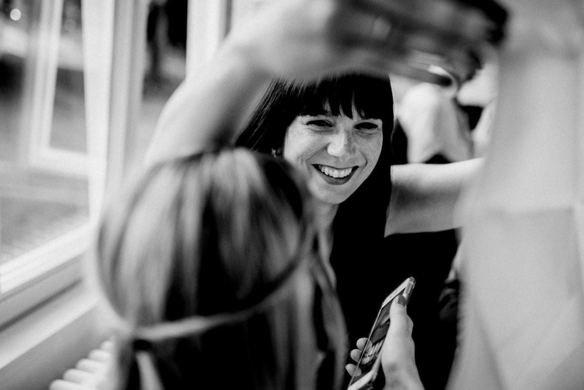 Frauen Lachen Spaß Handy Foto Nagellack Pose amüsieren
