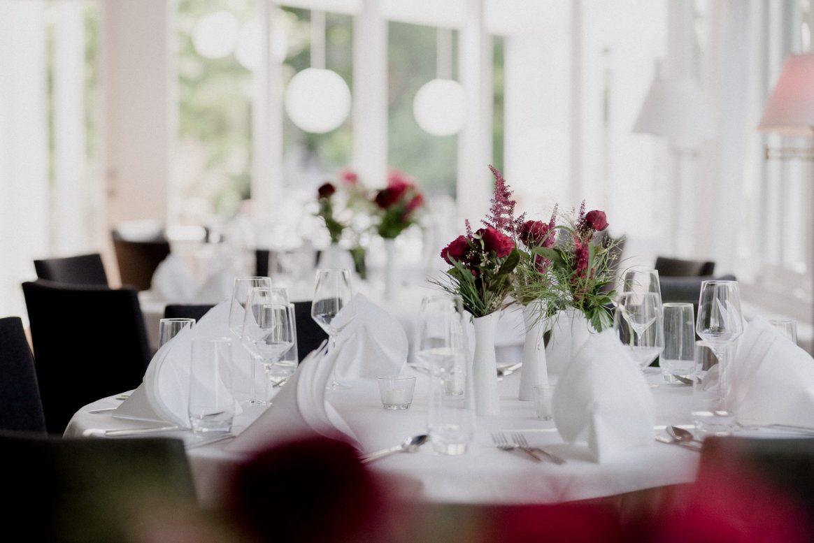 Saal Feier Menü Dekoration Blumen Farben Sommer Licht