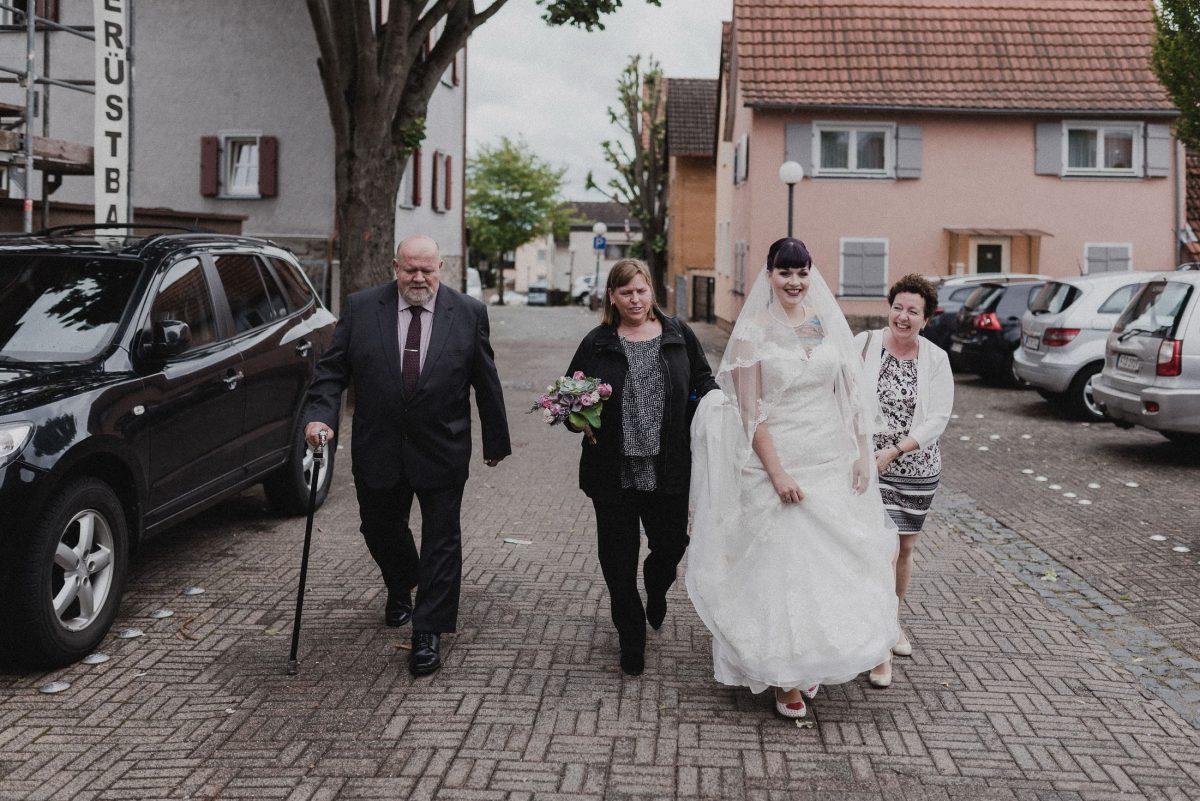 Braut Brautkleid weiß Familie Tattoos Friedrichsdorf laufend Autos
